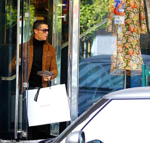 """Ronaldo """"săn"""" hàng hiệu tặng bạn gái quà Valentine - 2"""