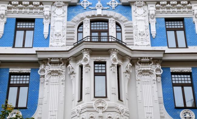 Một trong những yếu tố hấp dẫn du khách tới Riga là các công trình kiến trúc cổ như bảo tàng nghệ thuật Nouveau trên đại lộ chính của thành phố.