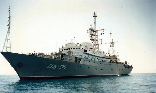 Tàu do thám Nga cách căn cứ tàu ngầm Mỹ 48km - 1