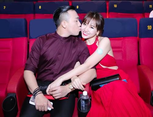 Trấn Thành ôm hôn vợ trước hàng trăm người - 6