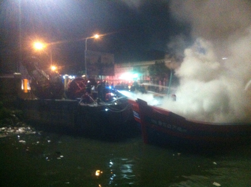 Quảng Ngãi: Tàu cá chuẩn bị ra khơi bị lửa thiêu rụi - 1