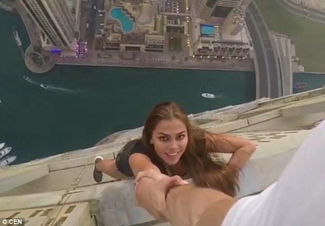 Đứng tim: Gái xinh chụp ảnh lơ lửng trên nóc tòa nhà 80 tầng - 4