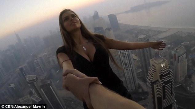 Đứng tim: Gái xinh chụp ảnh lơ lửng trên nóc tòa nhà 80 tầng - 2