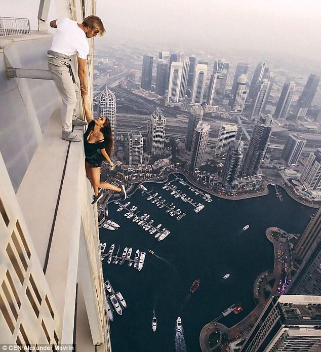 Đứng tim: Gái xinh chụp ảnh lơ lửng trên nóc tòa nhà 80 tầng - 1