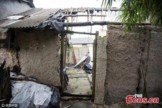 Trung Quốc: Dân dùng bia mộ cổ trăm năm để xây nhà - 3
