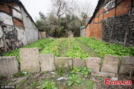 Trung Quốc: Dân dùng bia mộ cổ trăm năm để xây nhà - 2