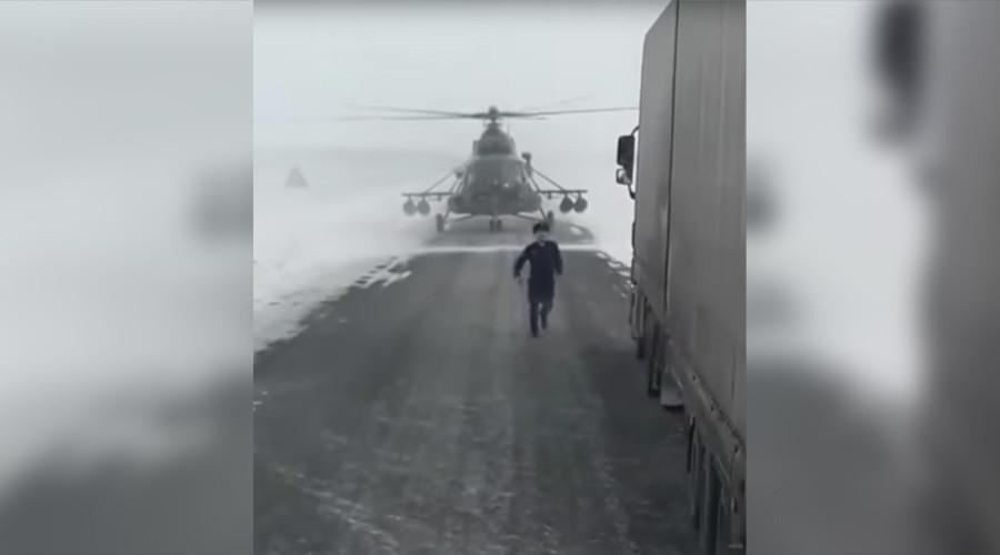 Trực thăng Mi-8 bất ngờ hạ cánh giữa cao tốc để hỏi đường - 2