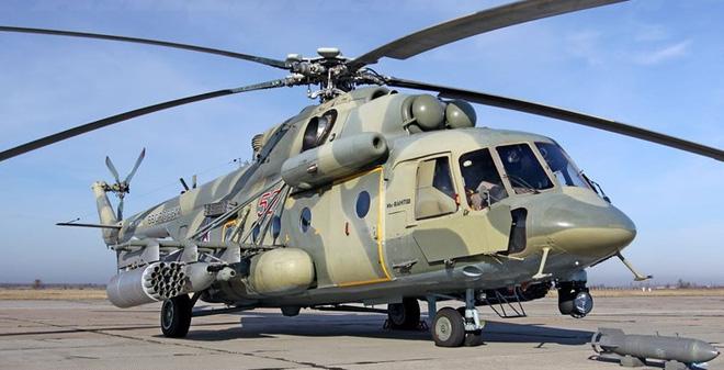 Trực thăng Mi-8 bất ngờ hạ cánh giữa cao tốc để hỏi đường - 1
