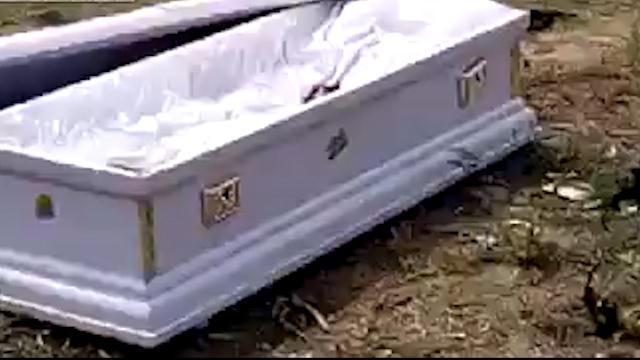Chết rồi vẫn bị lôi xác khỏi quan tài đòi tiền tang lễ - 3