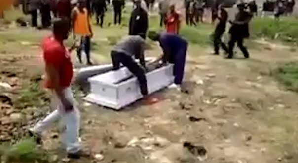 Chết rồi vẫn bị lôi xác khỏi quan tài đòi tiền tang lễ - 1