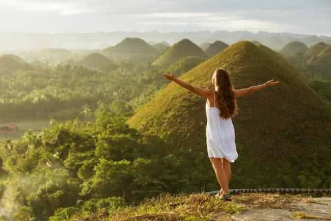 1. Những ngọn đồi Sô-cô-la trên đảo Bohol: Hơn 1.000 ngọn đồi đá vôi tạo nên cảnh đẹp mê hồn trên hòn đảo Bohol, Philippines. Chúng được bao phủ bởi lớp cỏ xanh mướt đặc biệt vào mùa mưa.