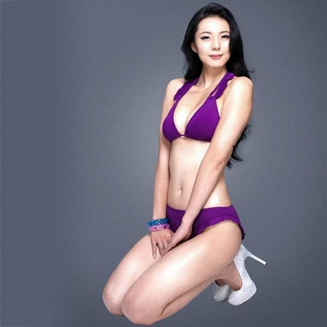 Cô sinh ra ở Trùng Khánh, Trung Quốc và từng theo học Đại học Vũ Hán.