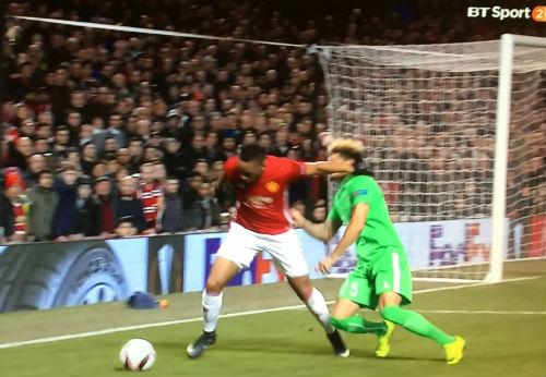 Gạt tay trúng má đối thủ, Martial may mắn thoát thẻ đỏ - 1
