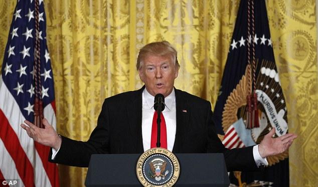 """Trump họp báo, nổi giận vì thừa hưởng """"một mớ hỗn độn"""" - 1"""