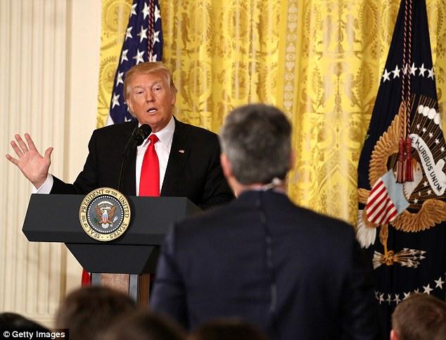 """Trump họp báo, nổi giận vì thừa hưởng """"một mớ hỗn độn"""" - 2"""