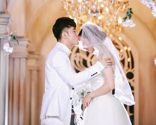 Vợ chồng Ưng Hoàng Phúc ngọt ngào diễn cảnh cưới - 2