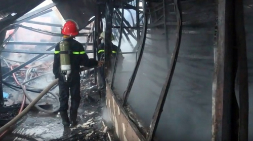 Khói lửa bao trùm xưởng mộc vùng ven Sài Gòn - 2