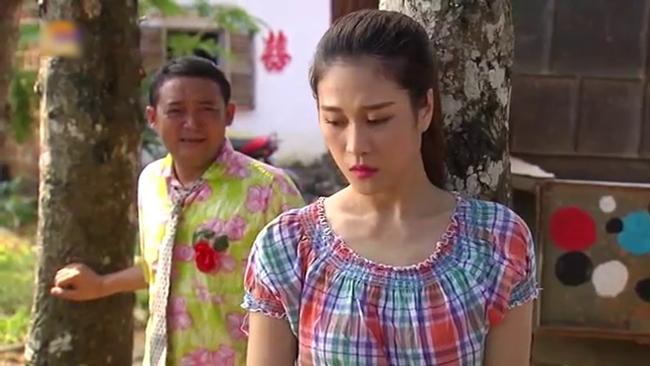 Để  cưa  đổ Xoan, Ngao cùng hội trai làng ế vợ đã bày ra nhiều tình huống hài hước cười ra nước mắt.