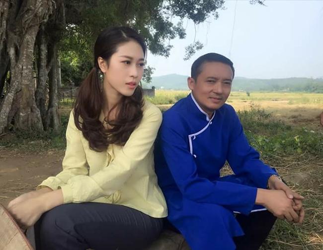 """Trần Cẩm Nhung là gương mặt quen thuộc trong series phim hài """"Làng ế vợ"""" với vai cô thôn nữ tên Xoan. Vẻ đẹp thùy mị, dịu dàng của Xoan khiến Nhật Tinh Ngao (danh hài Chiến Thắng) thầm thương trộm nhớ."""