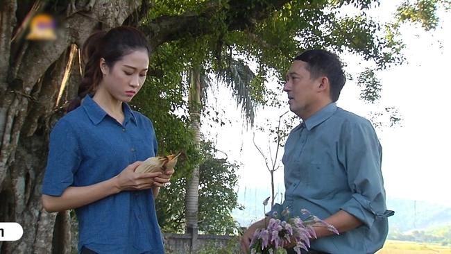 Cặp đôi Xoan - Ngao trao lời hẹn thề với vật  định tình  là hai trái bắp (ngô).