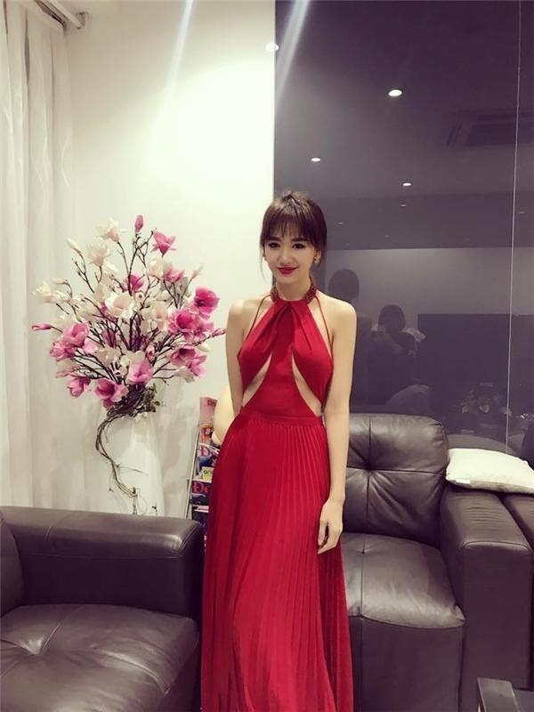 Mặc váy khoe chân ngực đẹp như Hari Won không hề khó! - 3