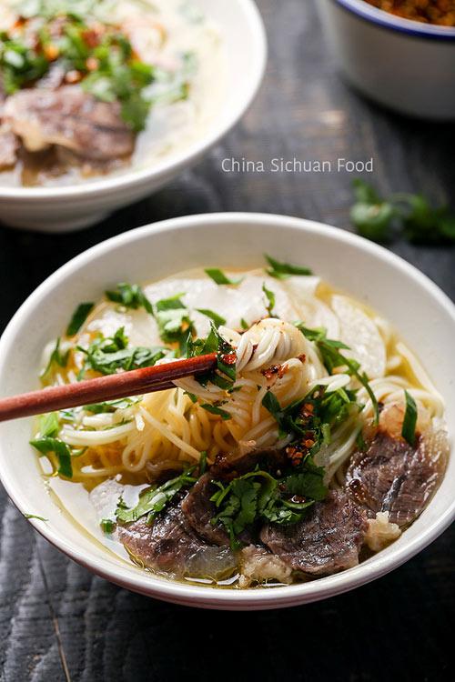 Mì bò kiểu Hoa ngon xuýt xoa, ăn là ghiền - 1