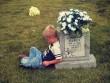 Cậu bé suốt 5 năm ngồi bên mộ kể chuyện cho em song sinh