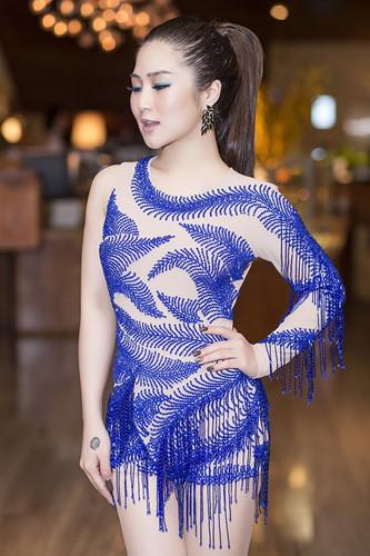 Hương Tràm khoe đường cong hấp dẫn với váy tua rua cô-ban - 1