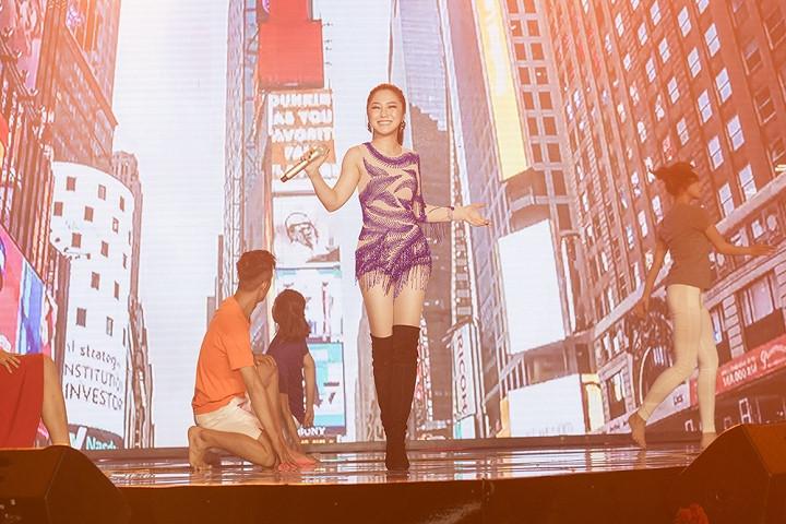 Hương Tràm khoe đường cong hấp dẫn với váy tua rua cô-ban - 3