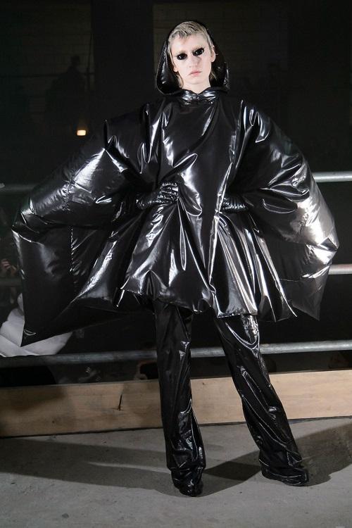 Dàn mẫu để ngực trần, trình diễn thời trang siêu thực - 7