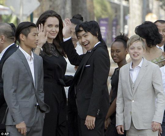 Angelina Jolie rơi nước mắt nói chuyện ly hôn Brad Pitt - 3