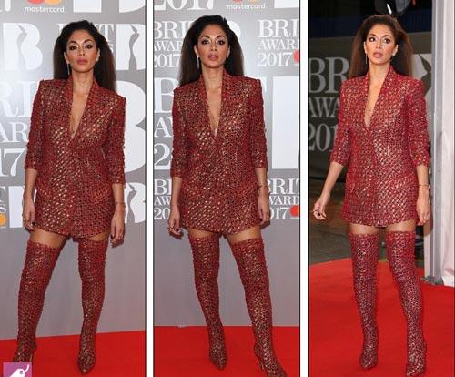 """Màn """"chặt chém"""" váy áo thảm đỏ của 2 mỹ nữ Anh Quốc - 13"""