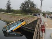 Bị húc mạnh phía sau, xe buýt cắm đầu xuống kênh