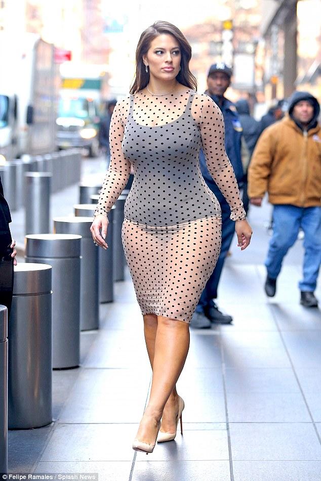 Mỹ nữ béo núng nính gây sốt với bodysuit, váy trong suốt - 5