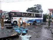 Tin tức trong ngày - Hai xe khách tông nhau, ủi bay tường rào bến xe