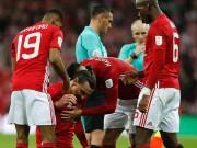 MU: Ibra khụy gối, Mourinho mặt lạnh lùng nâng cúp