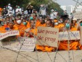 Thế giới - Phát hiện 12 sư lạ trốn gần chùa Thái Lan bị cảnh sát vây