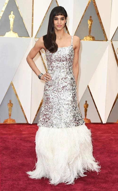 """Loạt sao nữ tự """"dìm mình"""" vì mặc xấu nhất tại Oscars - 6"""