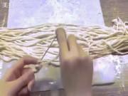 """""""Thánh nữ công sở"""" lại dùng que đan mì gây choáng"""