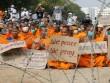 Phát hiện 12 sư lạ trốn gần chùa Thái Lan bị cảnh sát vây