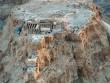 Sự thật tích 1000 người lao từ núi xuống Biển Chết tự sát