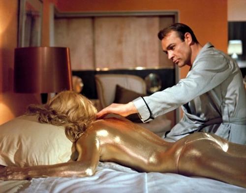 """Bóng hồng của """"điệp viên 007"""" quá gợi cảm ở tuổi 80 - 2"""