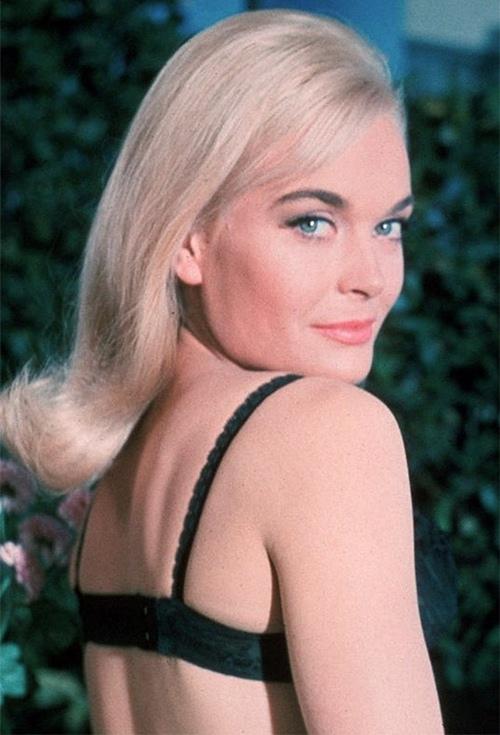 """Bóng hồng của """"điệp viên 007"""" quá gợi cảm ở tuổi 80 - 6"""
