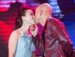 Phan Đinh Tùng khoá môi nói yêu vợ trước trăm người