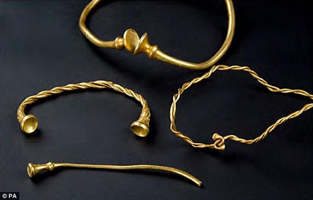Tìm ra vòng cổ xoắn bằng vàng giá 4 tỉ, cổ nhất nước Anh - 1