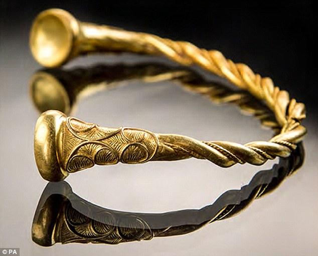 Tìm ra vòng cổ xoắn bằng vàng giá 4 tỉ, cổ nhất nước Anh - 2