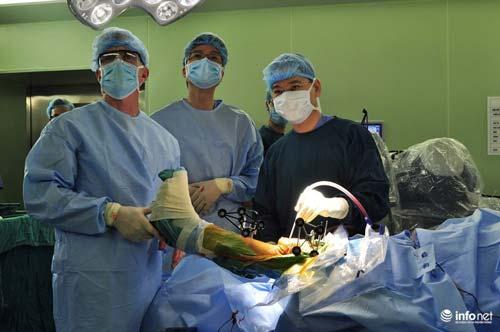 Phẫu thuật bằng robot: 2 tiếng sau phẫu thuật khớp bệnh nhân đi lại được - 1