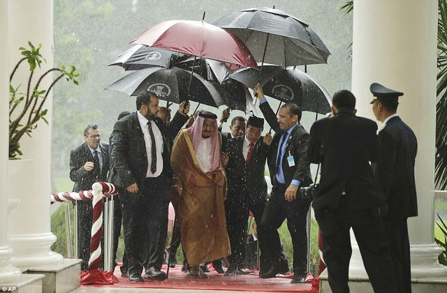 Vua Saudi bước từ máy bay dát vàng xuống đất Indonesia - 2
