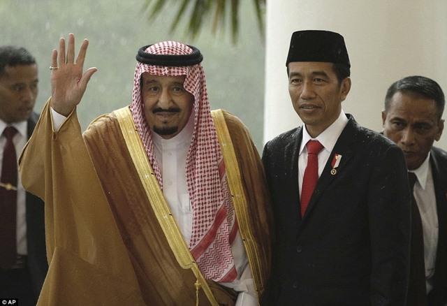 Vua Saudi bước từ máy bay dát vàng xuống đất Indonesia - 3