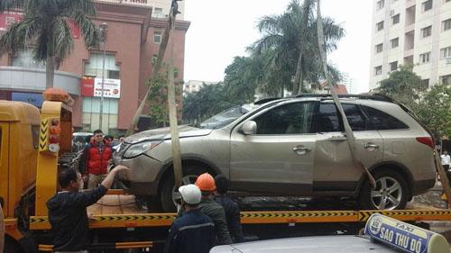 Người phụ nữ kẹt trong ô tô lật ngửa dưới mương thối - 5